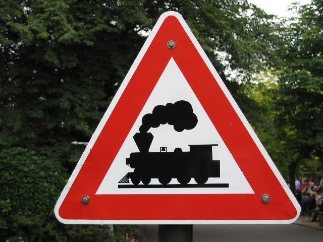 Schild für einen Bahnübergang